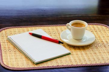 Кофе и записная книга на столе