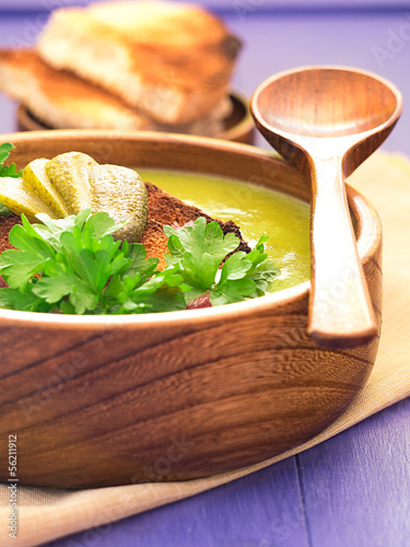 Erbsensuppe mit gerösteten Brotscheiben und Petersilie