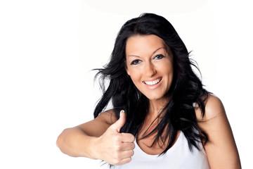 Dunkelhaarige lachende Frau zeigt mit Daumen nach oben