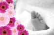 Babyfuß in schwarzweiß mit bunten Blumen