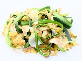 déchets épluchures de légumes sur fond blanc