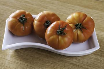 tomate tigre en un plato blanco