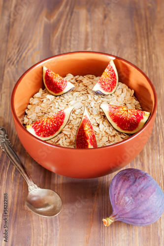 Bowl of oat flakes with and figs
