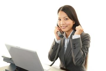 電話対応をする笑顔のOL