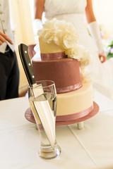 Hochzeitstorte und Messer, Tortenanschnitt