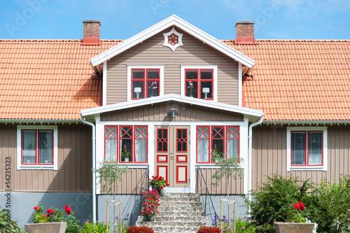 Vorderseite eines traditionellen Holzhauses in Schweden