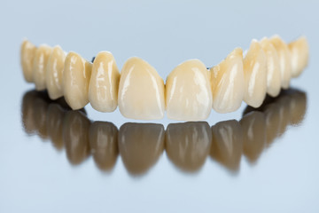 Procelain teeth on metallic basis
