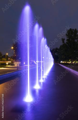 Leinwanddruck Bild The illuminated fountain at night