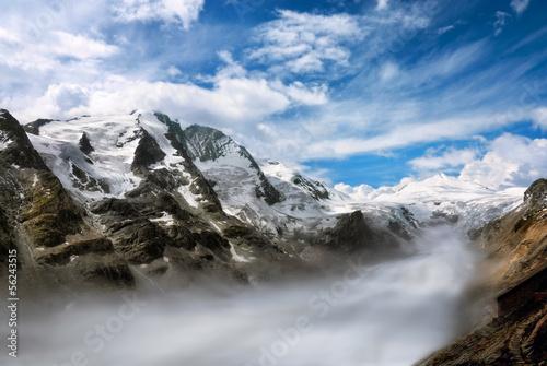 Bergkette mit Nebel im Tal
