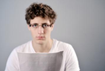 Mann schaut über Papiere
