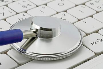 computer mit stethoskop