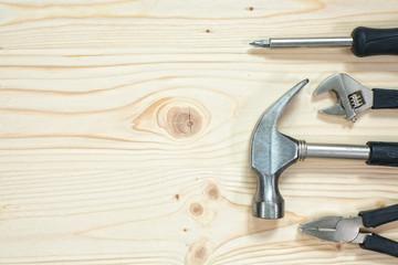 Narzędzia na drewnianym tle