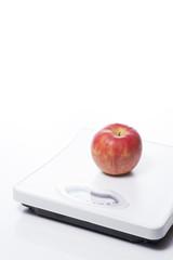 白背景に体重計と林檎