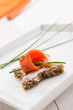 Antipasto: tartina con salmone, fuoco selettivo, close-up