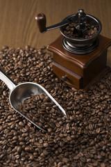 コーヒーミルとスコップ