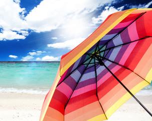 Entspannen unter einem Sonnenschirm am Traumstrand