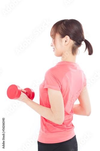 ダンベルでトレーニングする女性