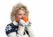 Blonde Frau trinkt aus Tasse