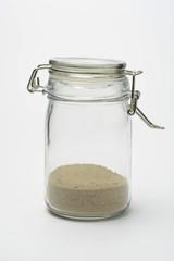 Bote de cristal con arena