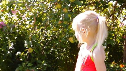 девочка смотрит вторая подбегает и они прыгают играют