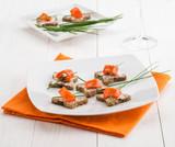 Antipasto con tartine al salmone, fuoco selettivo