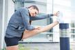 Frau dehnt ihre Beine vor dem Laufen