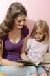 Babysitter liest Gute-Nacht-Geschichte vor