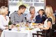 Opa füttert Enkel im Restaurant