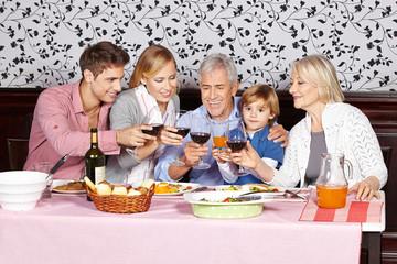 Familie stößt mit Wein an