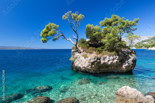 Obraz na Szkle Croatian beach at a sunny day, Brela, Croatia