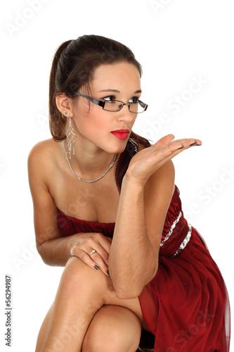 Piękna dziewczyna posyła całusa na dłoni.