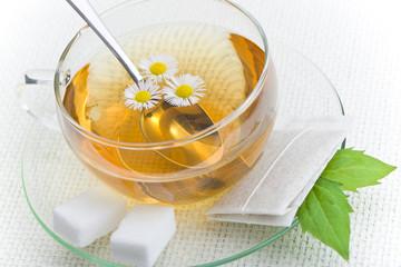 tazza di camomilla con bustina da infuso e zucchero