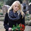 Leinwanddruck Bild - Frau trauert auf Friedhof
