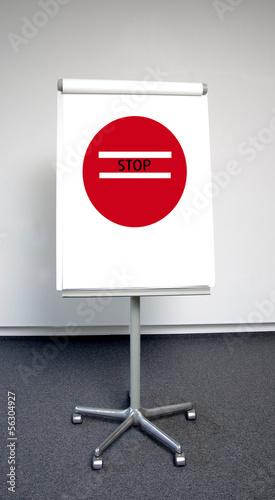 """""""Stop""""-Hinweis auf beweglichem Aufsteller"""