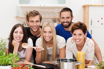 freunde kochen spaghetti zusammen