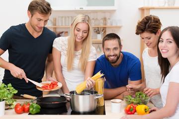 fünf freunde kochen zusammen