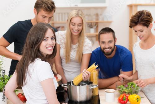 freunde haben spaß beim kochen