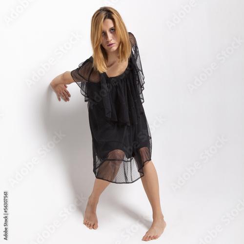 ragazza in abito nero