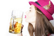 Hübsche Frau küsst Bierkrug