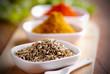 semi di finocchio ed altre spezie sul tavolo di legno