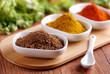 paprika piccante ed altre spezie sul tavolo di legno