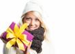 Hübsche Frau hält Geschenk