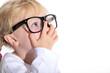 Kleines Mädchen mit Streber Brille blickt auf Text