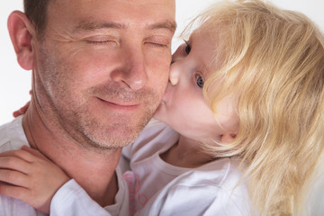 Tochter küsst Vater zum Valentinstag