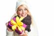 Blonde Frau hält Geschenk