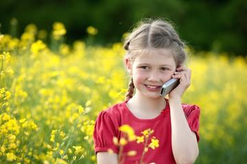 Mädchen telefoniert mit einem Handy