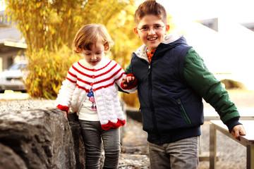 Junge hilft Mädchen beim Gehen