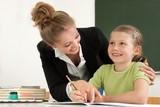 Lehrerin hilft beim lernen