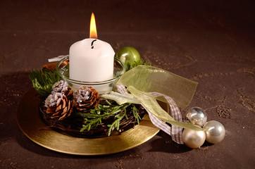 Kerze mit weihnachtlicher Dekoration