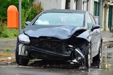 PKW Unfall bei Nässe frontal